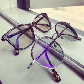 Ilusad prillid, ilusad inimesed! 😎  Meisterdasin mõned suvised prillipaarid, mis päikest nähes tumedaks muutuvad. Üks läheb pruuniks, teine halliks ja toas on heledad. Prilliraamid #scandinavianframes ja #lapoeyewear, klaasid #essiloreesti 🙏🏻  #maimaioptikasalong  #maailmaparimadkliendid  #suvimaimaisüdames  #optometrist #nägemisekontroll #uuedprillid #prillimeister #fotokroom #photochromiclenses #morelbaltic #päikeseprillid #essilorprevencia #suvi #päike